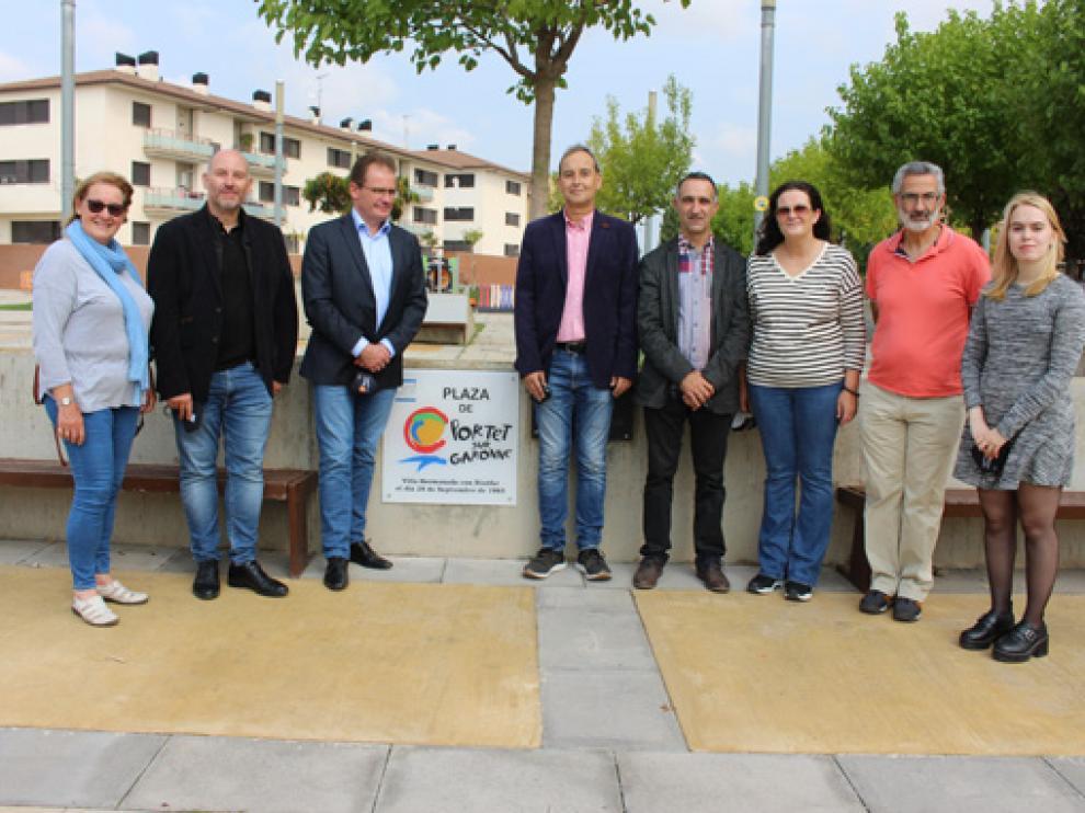 Junto a la placa en la plaza Portet sur Garonne, Thierry Suaud a la izquierda y Alfonso Adán a la derecha.