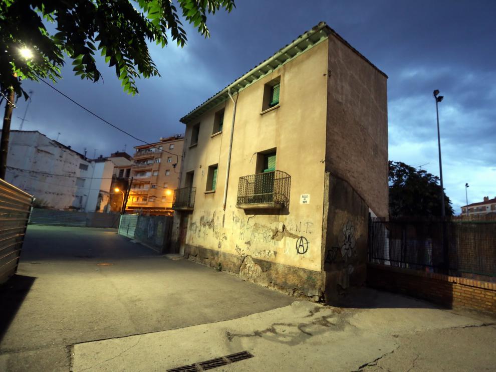 El bloque linda con el colegio Sancho Ramírez.