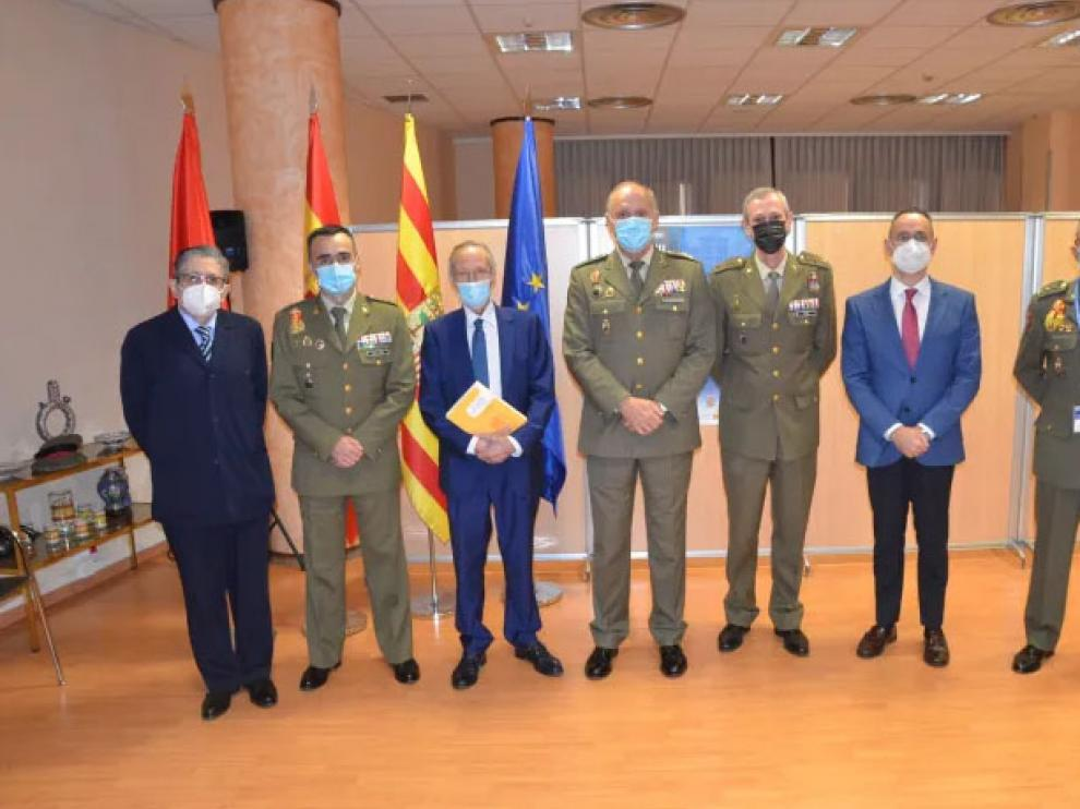 José Piqué rodeado de algunos de los organizadores y ponentes del Curso de Defensa.