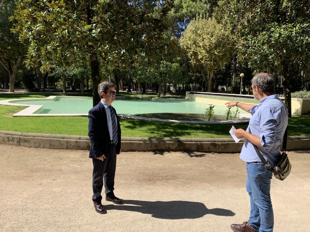 El alcalde y el concejal de Medio Ambiente comprueban la mejora en el estanque central del Parque Miguel Servet.