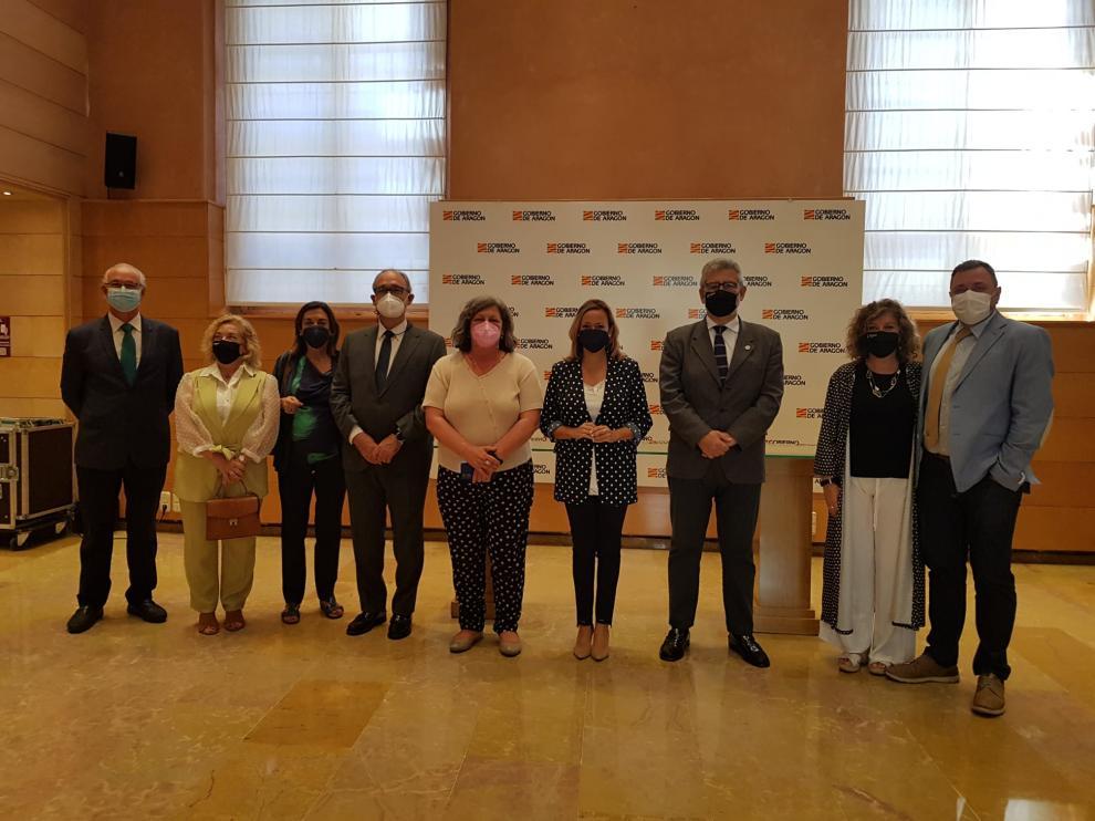 Foto de familia tras la firma del convenio entre el Gobierno de Aragón y la Universidad de Zaragoza.