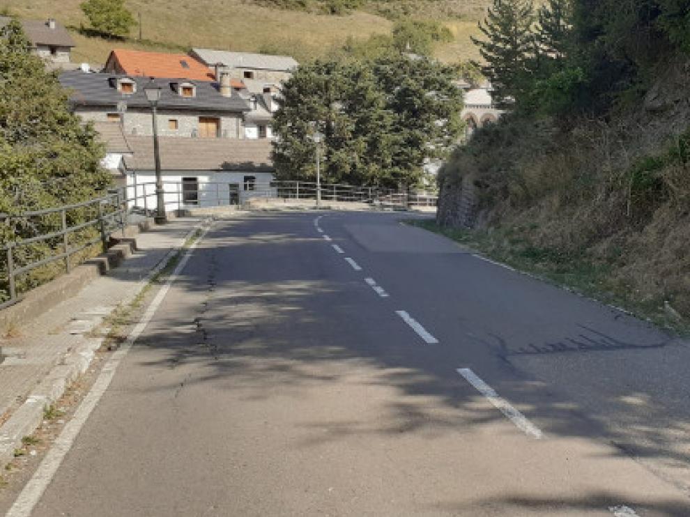 La carretera HU-V-2201, a su paso por Borau.
