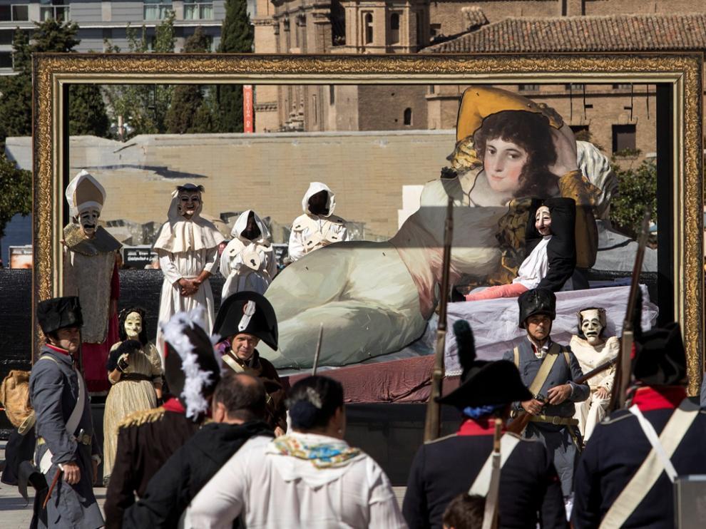 Los cuadros y personajes más famosos de Goya tomaron la plaza del Pilar de Zaragoza.
