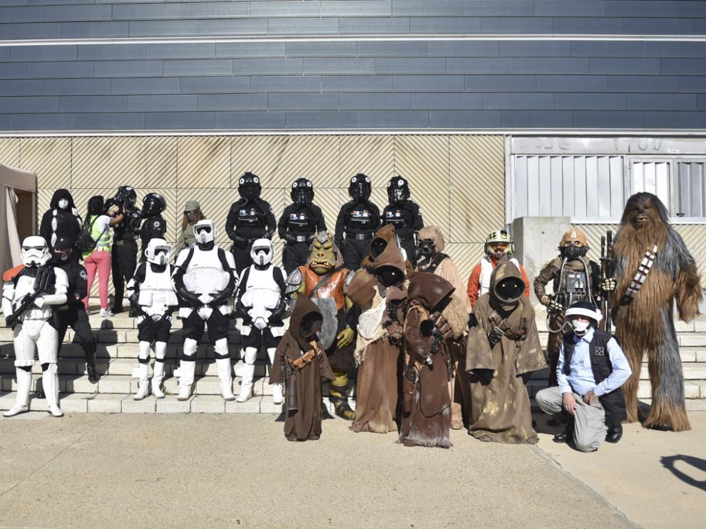 Miembros de la Asociación Sonrisas en Aragón disfrazados de personajes de la saga cinematográfica de Star Wars.