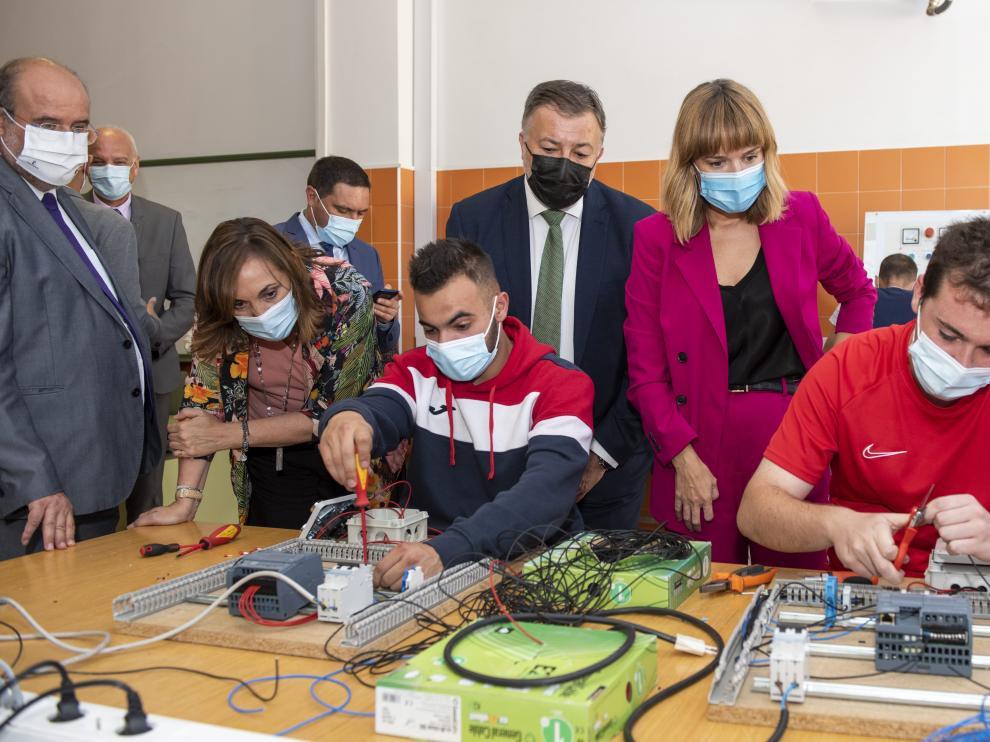 Pilar Alegría y Emiliano García Page durante su visita a un Centro Integrado de Formación Profesional en Cuenca.
