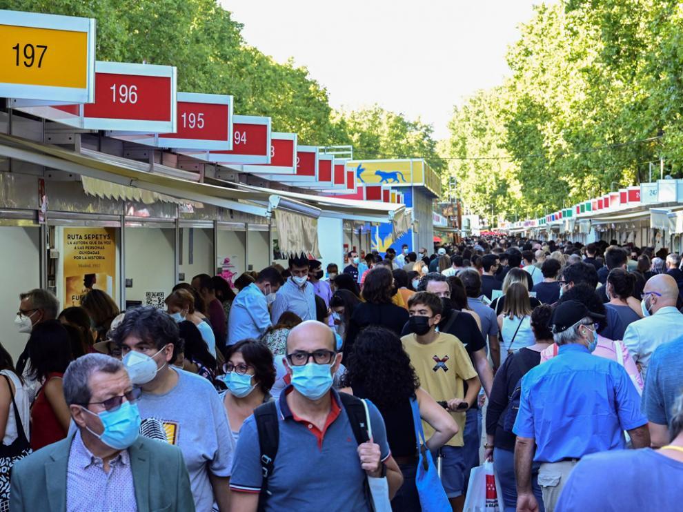 Una de las calles de la Feria del Libro de Madrid.