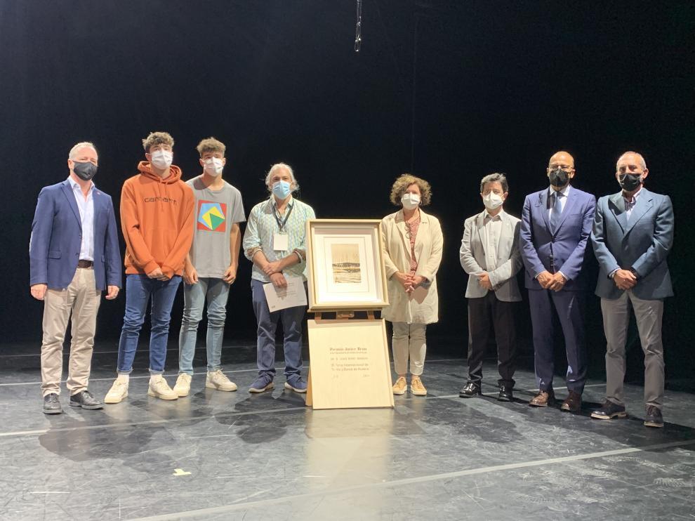 Autoridades, premiado y familiares de Javier Brun, en la inauguración de la Feria de Teatro y Danza de Huesca