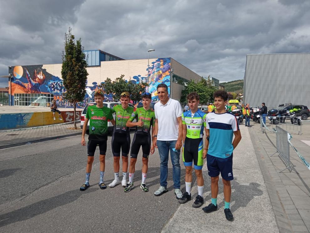 Los cadetes y júniors oscenses con Miguel Indurain, aprovechando la jornada en Villava.