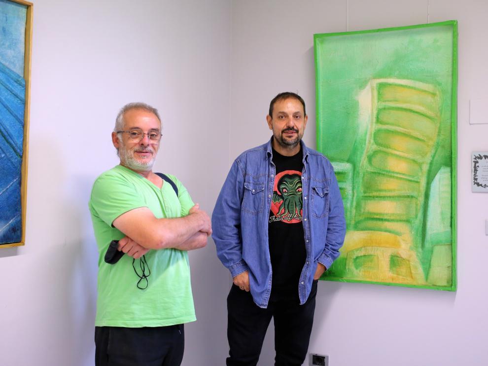 Rafael Moreno y Jaime Esparrach junto a una de las obras.