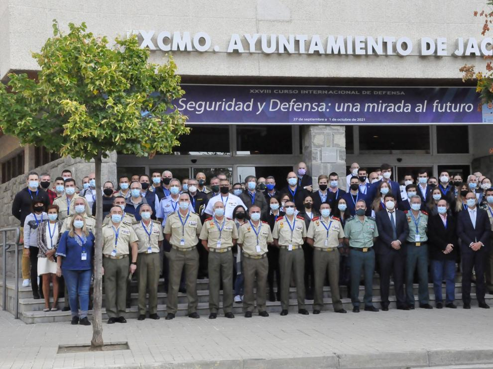 Foto de familia de los asistentes al Curso Internacional de Defensa de Jaca, durante este miércoles.
