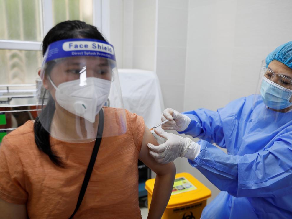 Una mujer recibe una dosis de la vacuna contra el coronavirus en Vietnam