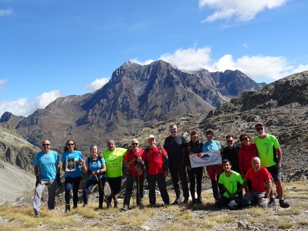 Grupo participante en la excursión en el Cuello Brazato, con el Vignemale al fondo.