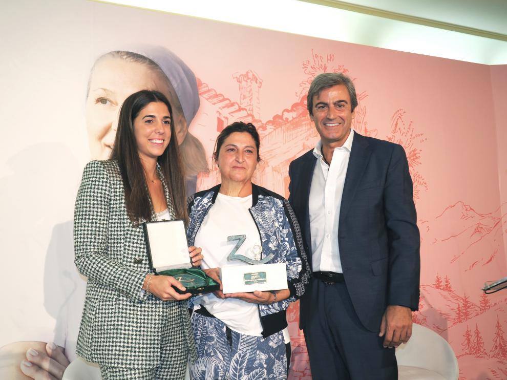 Inmaculada Sarasa, en el centro, flanqueada por la finalista Pilar Arteaga y el director general de Zoetis, Félix Hernáez.