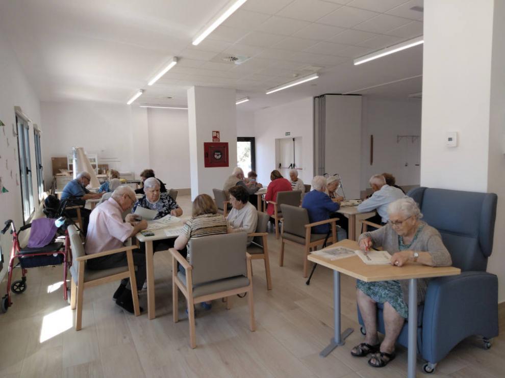 Los talleres grupales ayudan a la socialización y al desarrollo de las personas mayores.