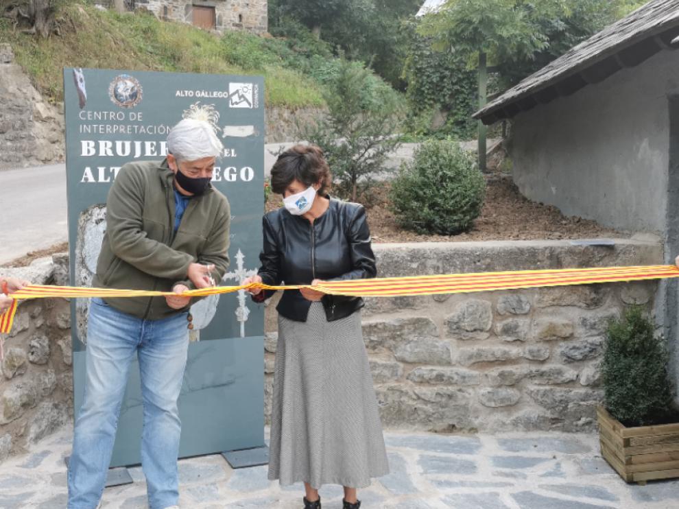 El alcalde de Piedrafita, Esteban Ruiz y la presidenta de la Comarca, Lourdes Arruebo, en el acto de inauguración.