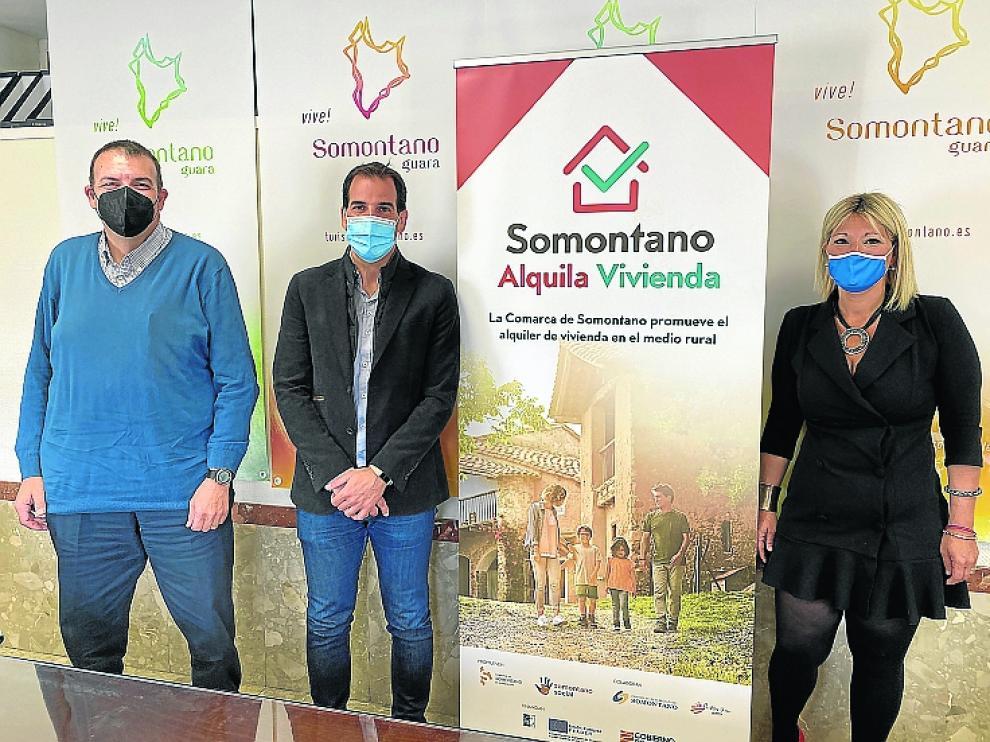 El técnico del Somontano Alquila, Manuel Lorente, el presidente del Somontano, Daniel Gracia, y Tania Castañera, consejera.