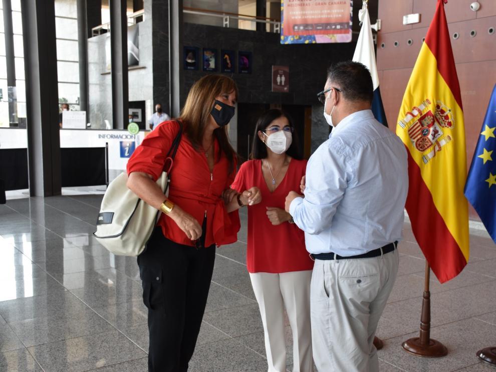La consejera de Sanidad, Sira Repollés, saluda a la ministra Darias.