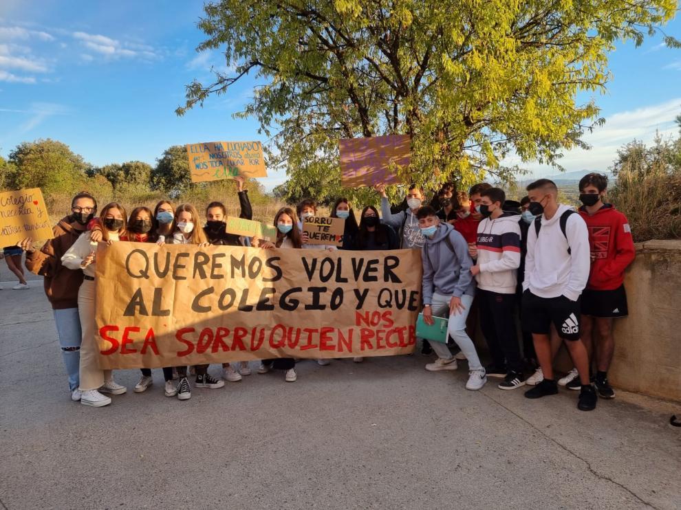 """Acto de protesta de escolares contra el traslado de """"Sorru""""."""