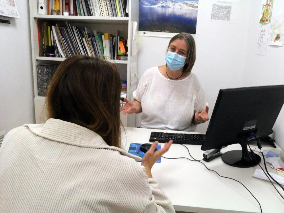 Elena Palacio, responsable de programas del CSIH, atendiendo una consulta.