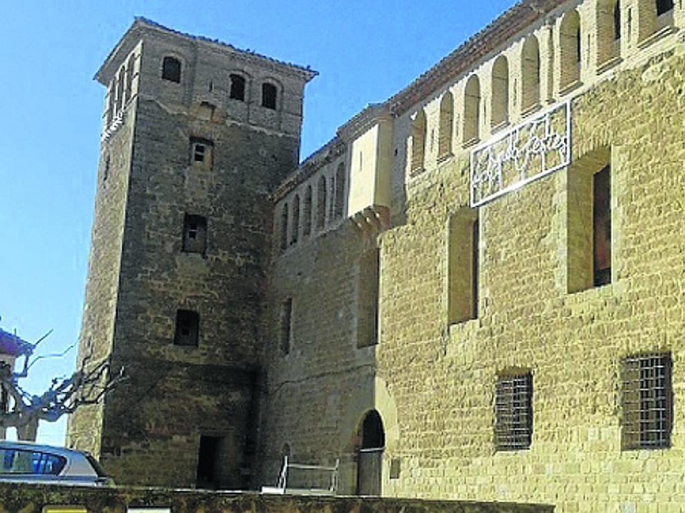 Entrada al castillo y patio de armas de Baells.