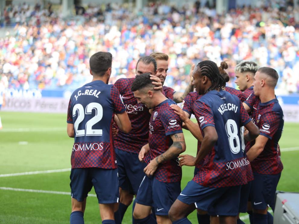 Los jugadores del Huesca celebran el gol de Joaquín.