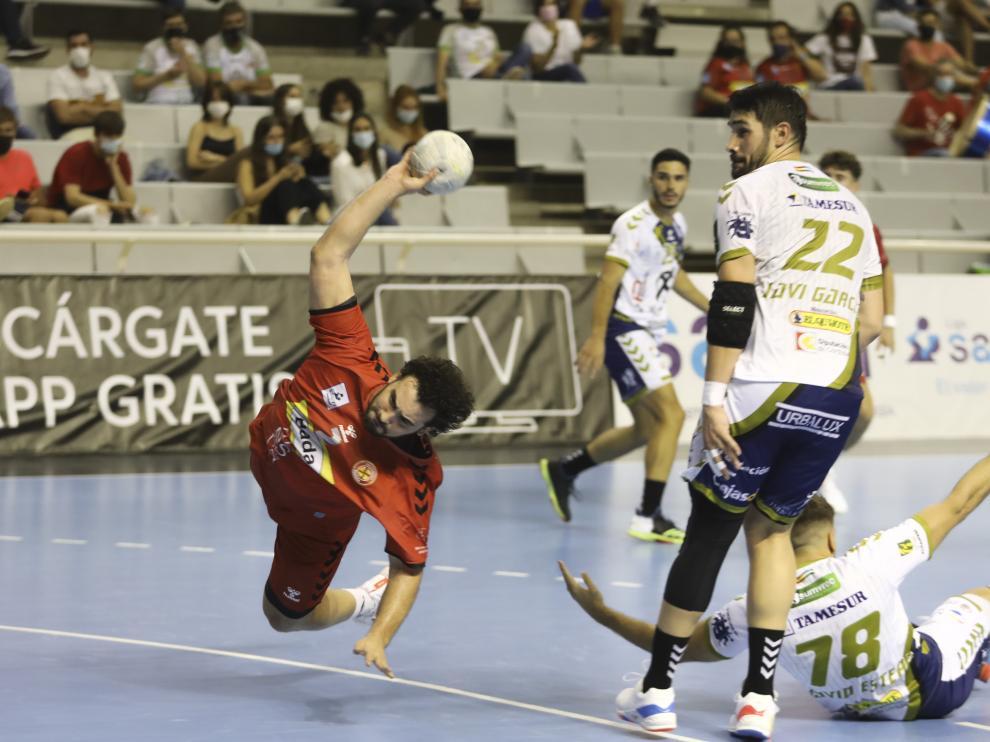 Montoya, uno de los destacados, lanza a la meta pontanesa durante el partido de este sábado