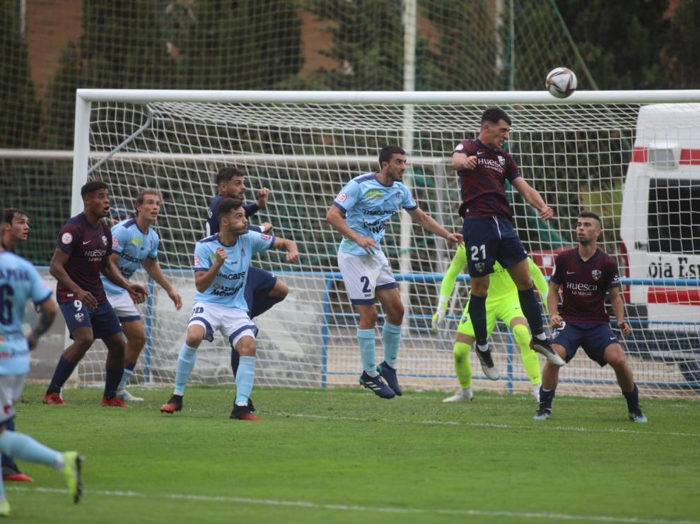Acción de ataque del Brea en el partido ante el Huesca B.