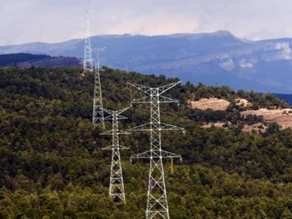 Los vecinos rechazan que las torres de alta tensión invadan su entorno.