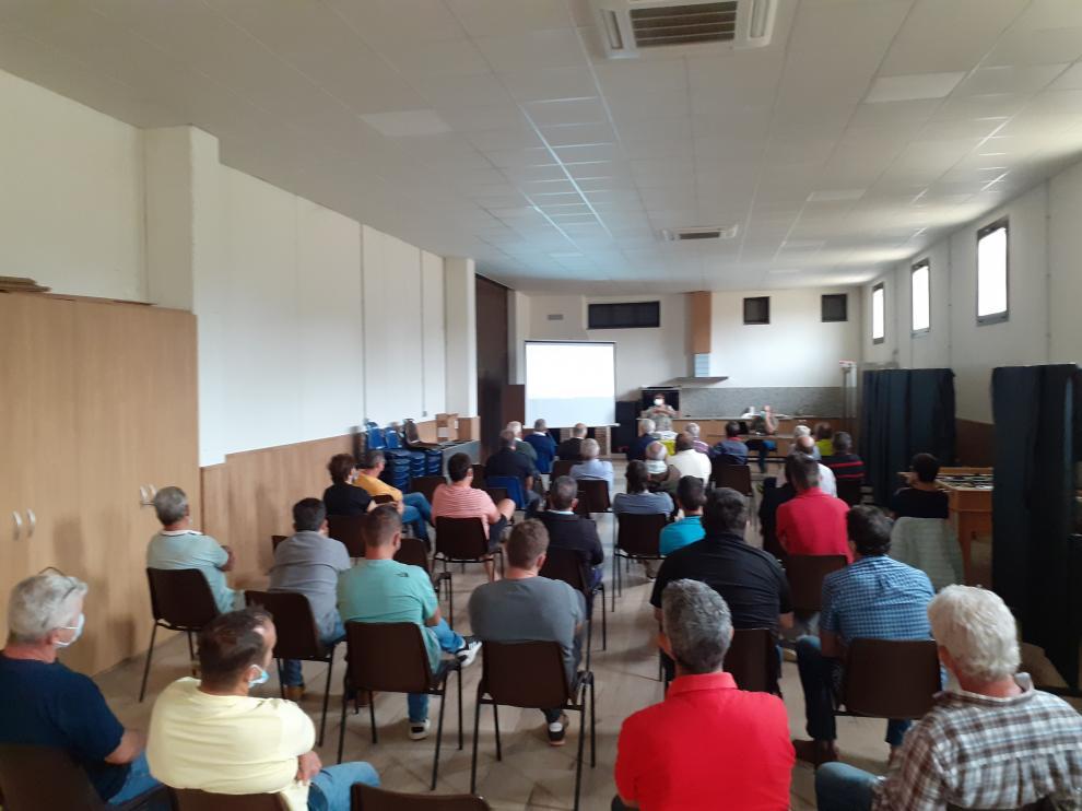 Vecinos en la reunión en Laluenga, este domingo.