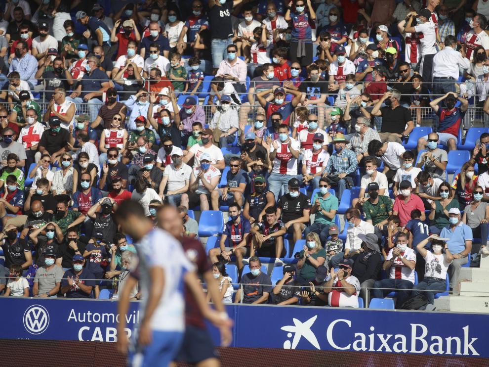 Imagen de afición del Huesca en el partido contra el Tenerife en El Alcoraz.