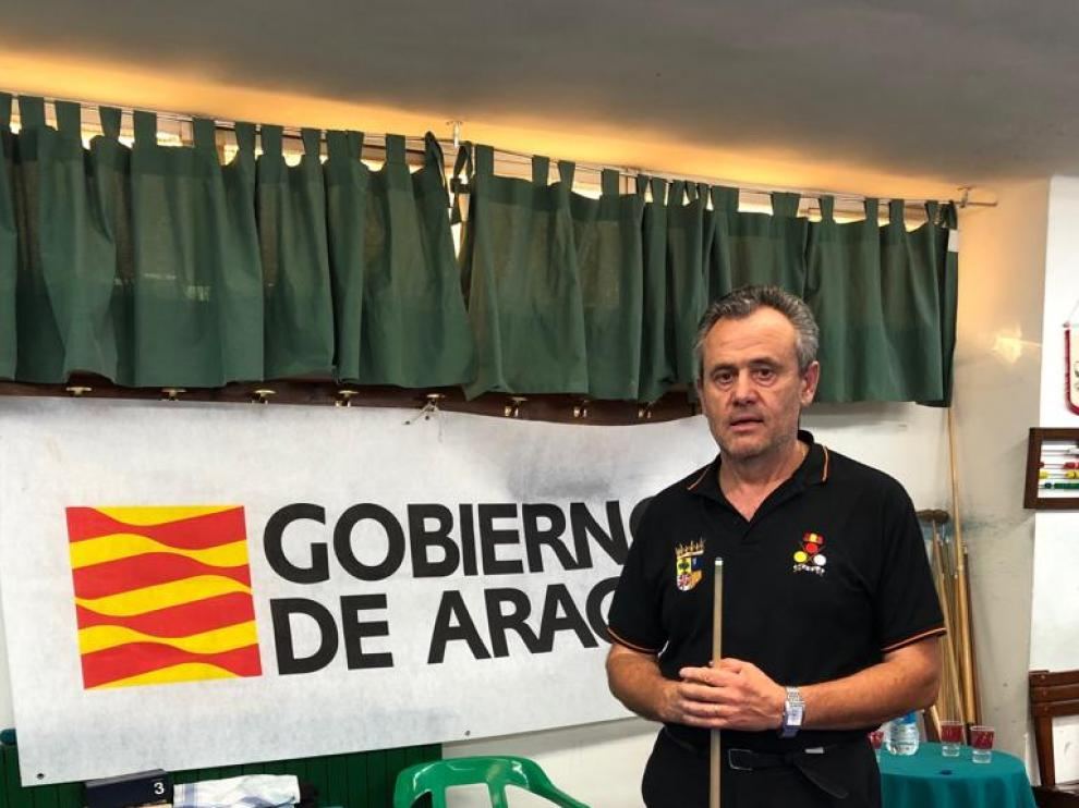 Carmelo Garcés muestra su trofeo.