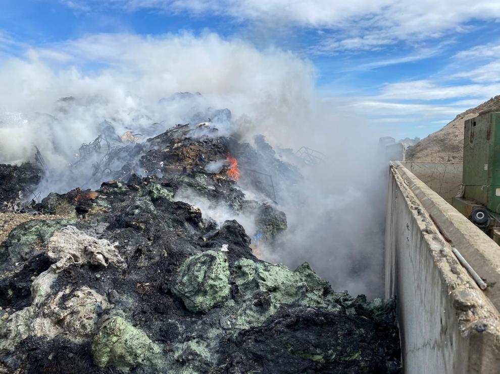 Las llamas han calcinado una zona de residuos plásticos.