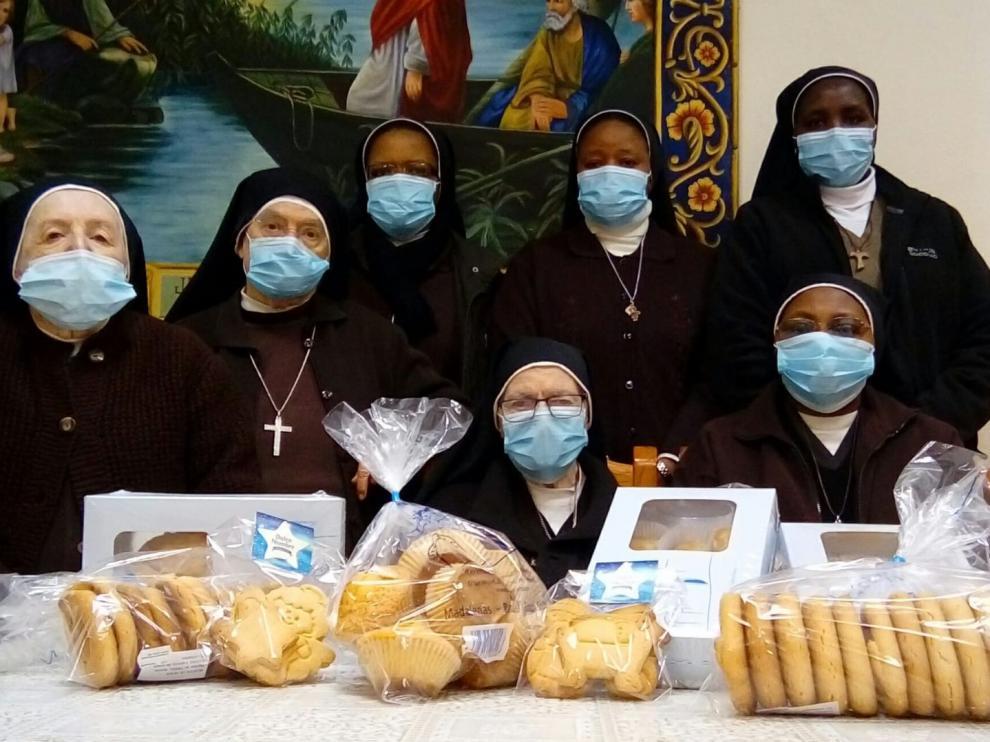 Las hermanas Capuchinas posan junto a los postres de su propia elaboración.