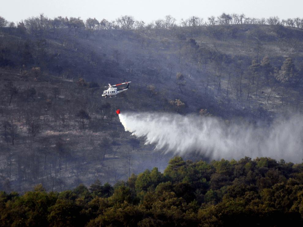Un helicóptero realiza labores de extinción en el incendio de Torres del Obispo, el pasado mes de julio.