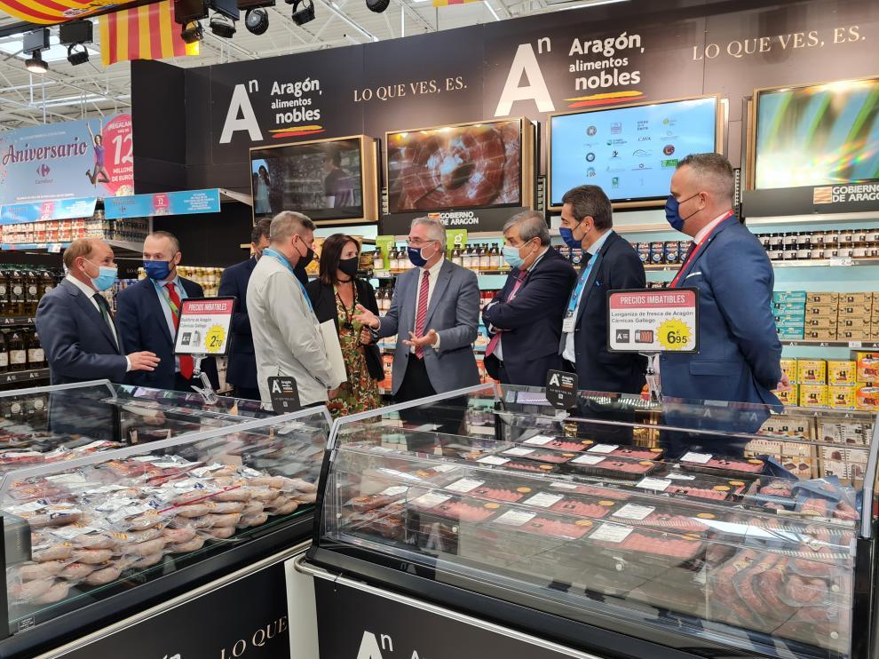 Joaquín Olona durante su visita a Carrefour, cadena adherida a la campaña.