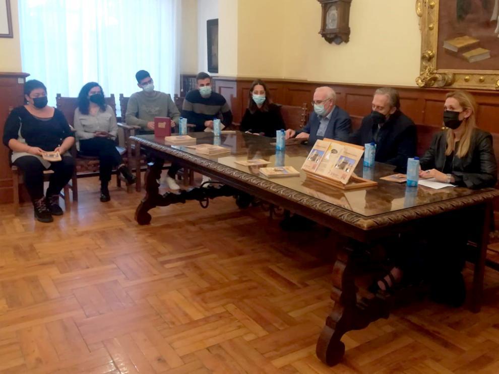 """A la izquierda, los estudiantes que han realizado el cuaderno didáctico """"De Bolskan a Huesca""""."""