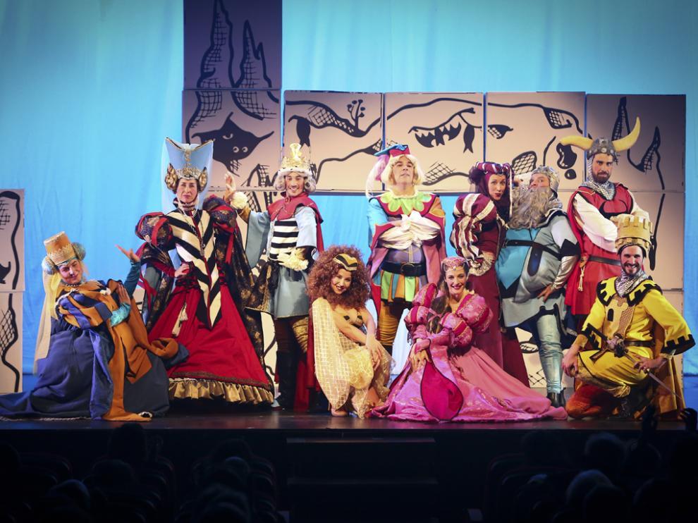 Diez actores y actrices ponen en escena en Huesca La venganza de don Mendo.