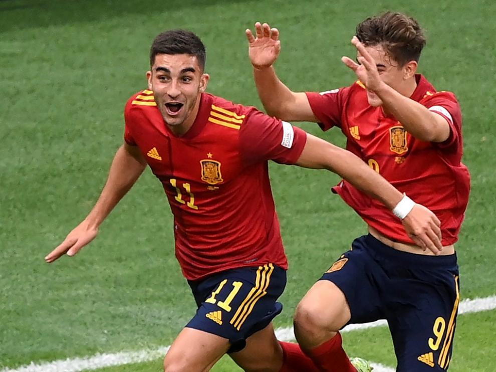 Ferran celebra con Gavi el segundo gol de España ante Italia.