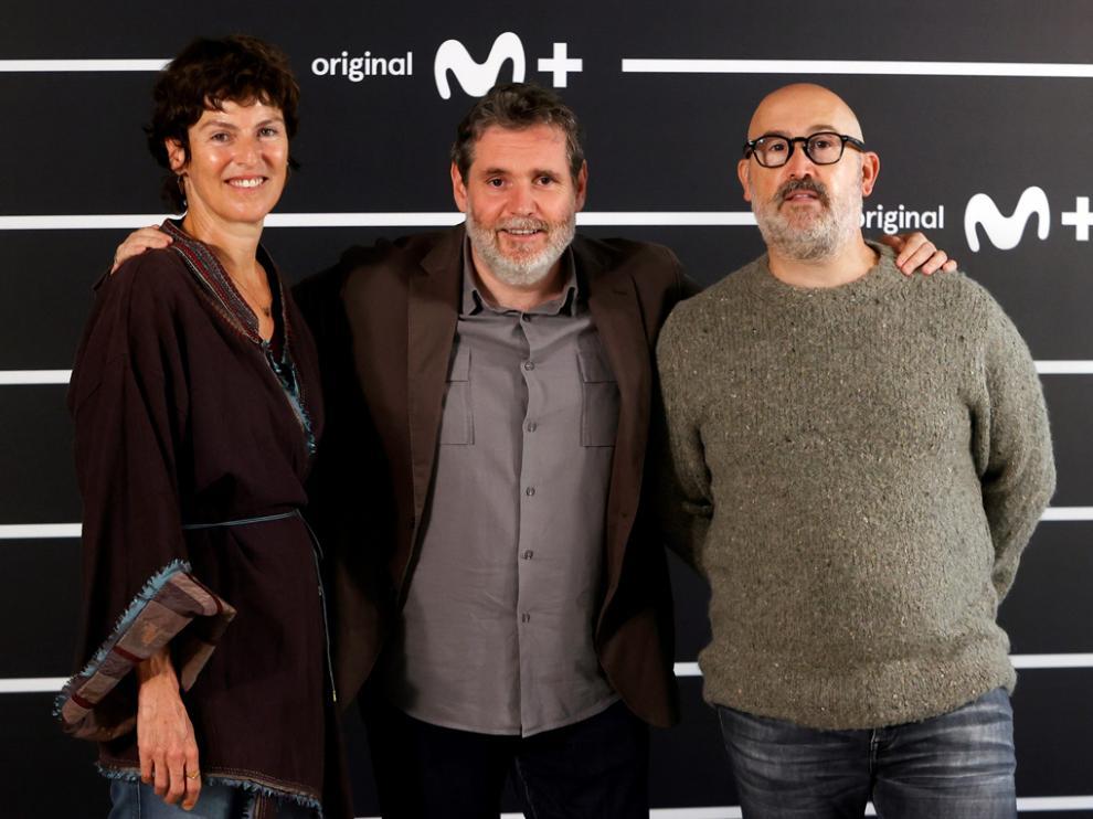 Mónica López y Javier Cámara (derecha) protagonizan la serie, dirigida por Javier Coira (centro).