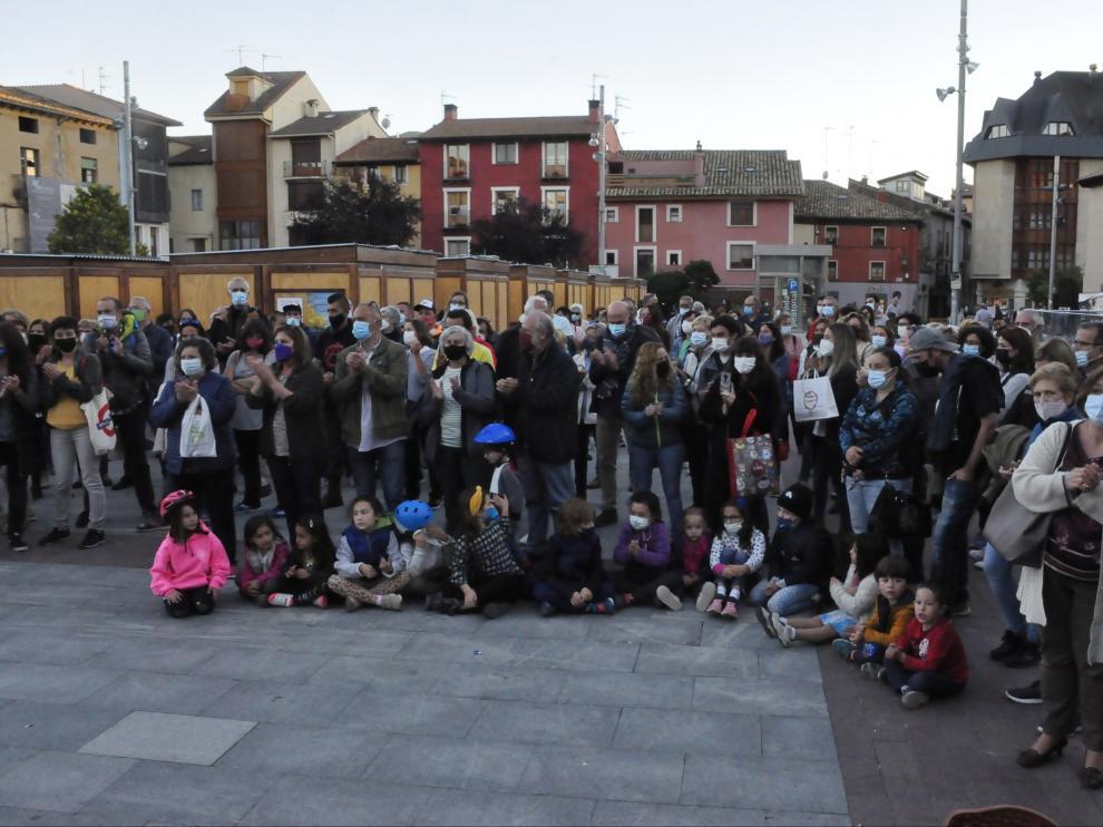 Asistentes a la concentración organizada en la plaza Biscós de Jaca.