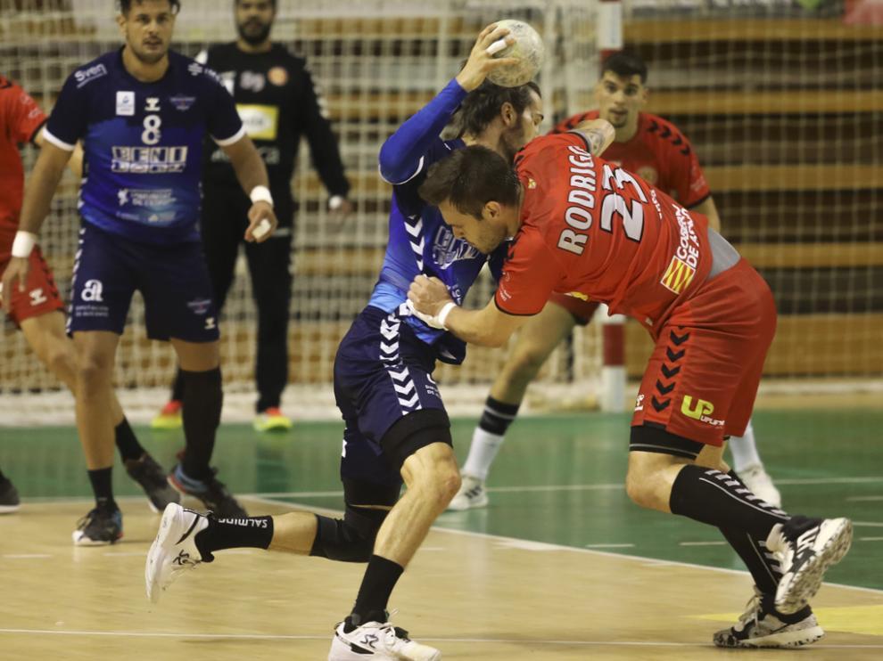 Rodrigo Benites trata de parar a un atacante del Benidorm.