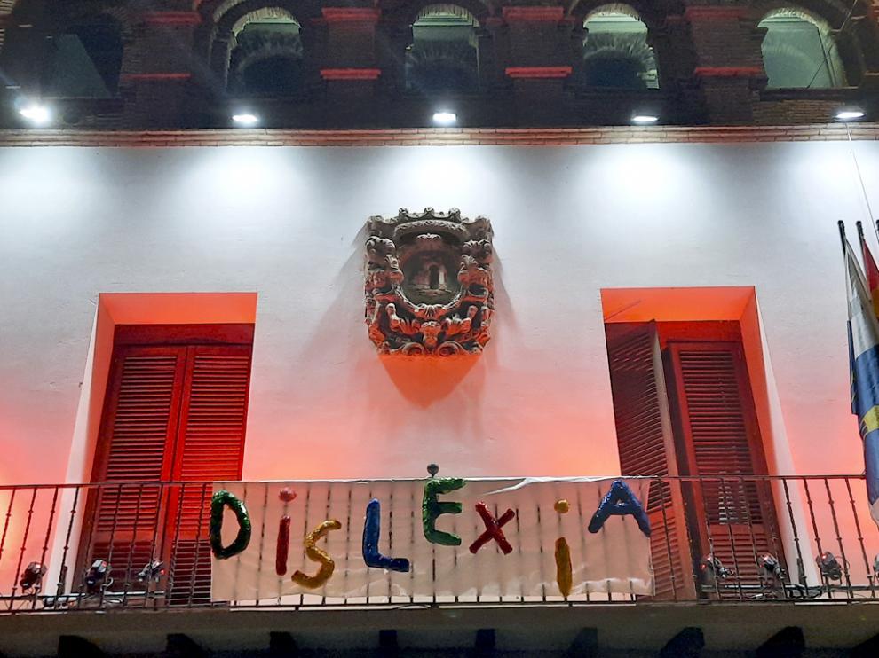 El Ayuntamiento se iluminó anoche de rojo para dar a conocer la dislexia.
