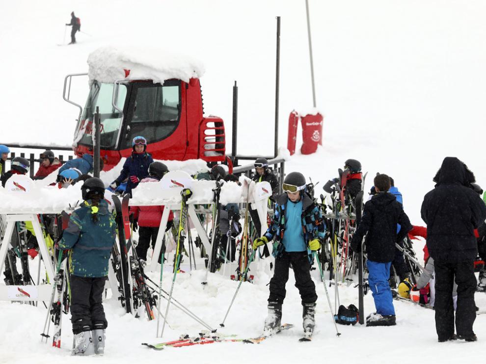 Esquiadores en Candanchú en una temporada invernal anterior.