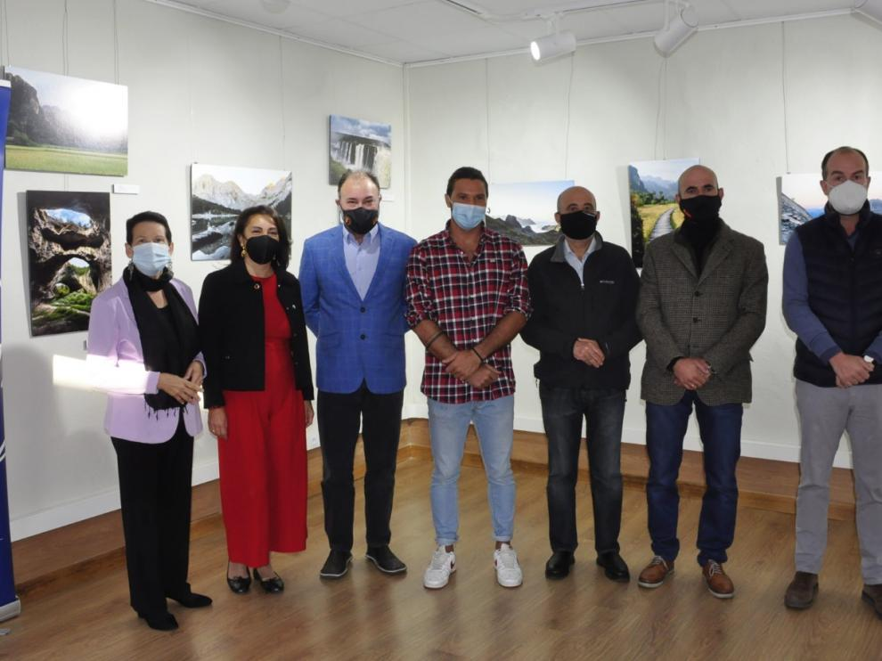 Miembros de Manos Unidas, la Ciudadela, el fotógrafo (en el medio) y autoridades en la inauguración.