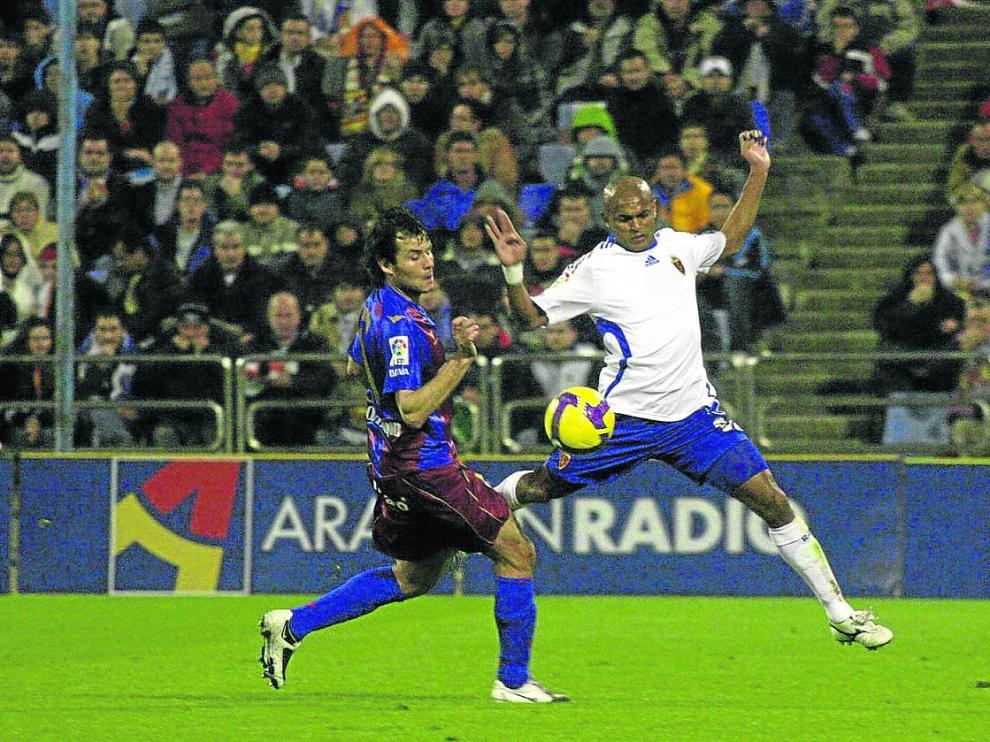 Camacho pugna con Ewerton en el primer derbi en La Romareda.