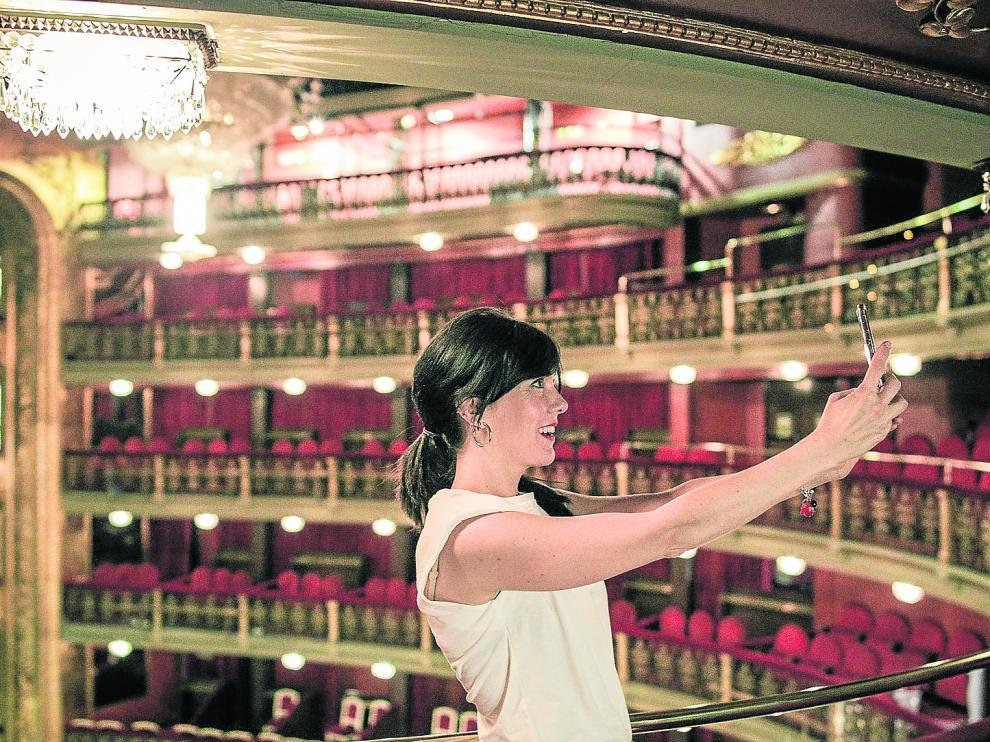 Carmen Barrantes, haciéndose un selfie en el Teatro Español (Madrid).