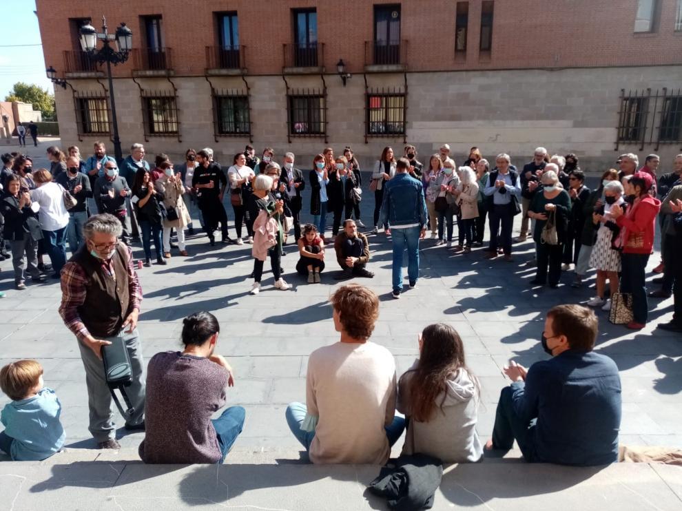 Familiares y amigos del artista le rindieron un emotivo homenaje en el exterior del Museo de Huesca.