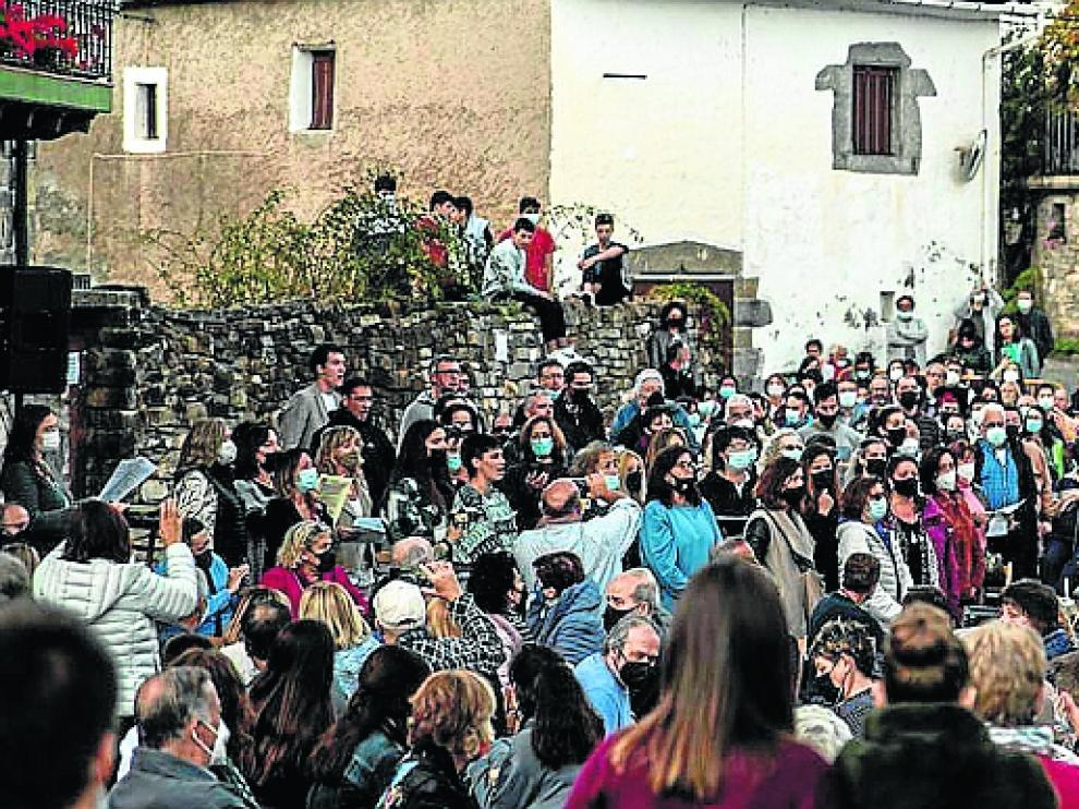 Gran ambiente en la celebración ayer de los 40 años de la Val d' Hecho.