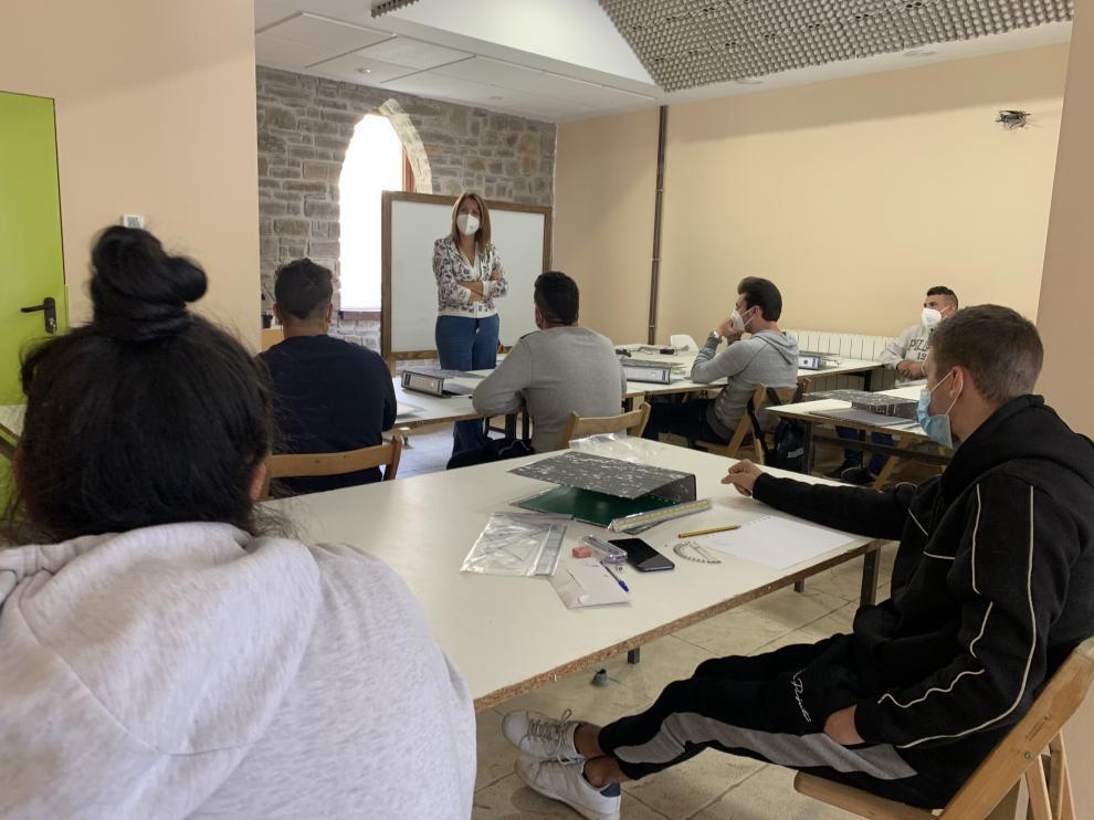 La alcaldesa de Sabiñánigo, Berta Fernández, dio la bienvenida a los alumnos y profesores de los cursos.