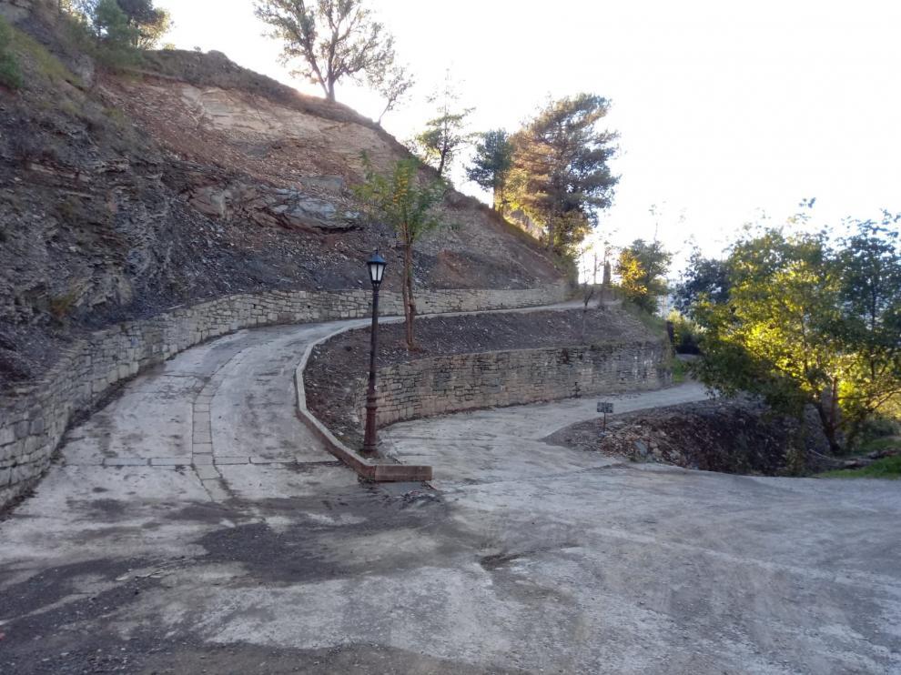 Las labores de limpieza han devuelto la accesibilidad al camino de Araguás que lleva a la iglesia y al cementerio.